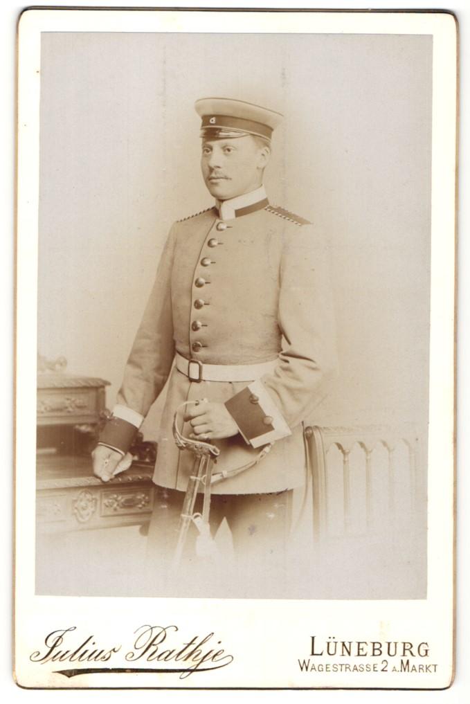 Fotografie Julius Rathje, Lüneburg, Portrait Unteroffizier eines Garderegiments