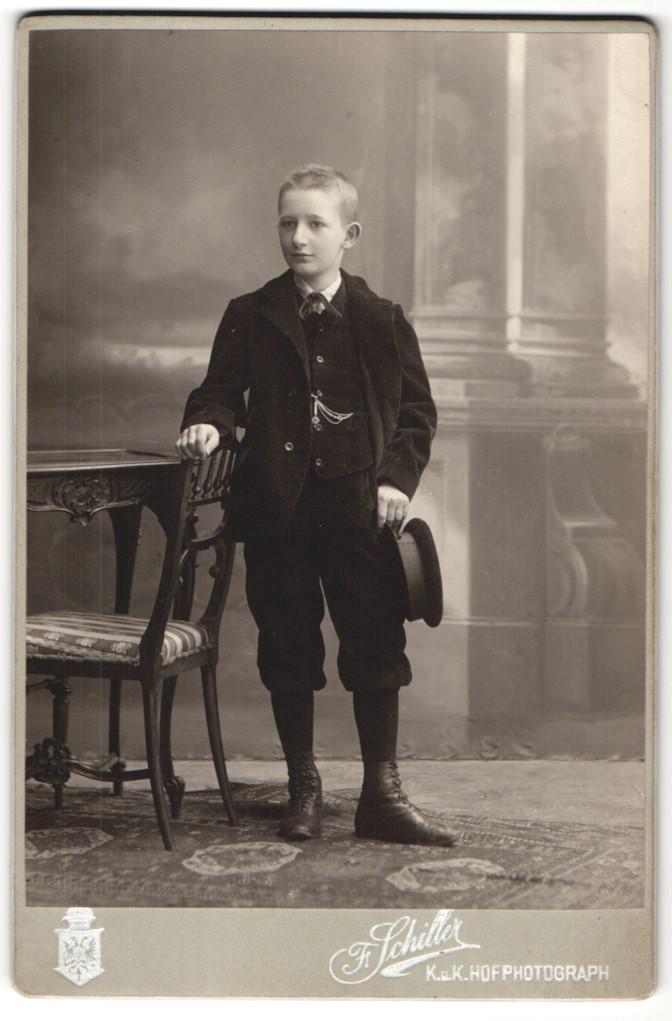 Fotografie Fr. Schiller, Wien & Baden, Portrait Knabe in festlicher Garderobe