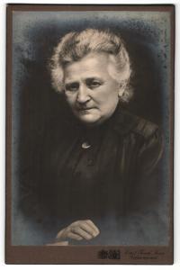 Fotografie Emil Tesch, Jena, Portrait betagte Dame mit zusammengebundenem Haar