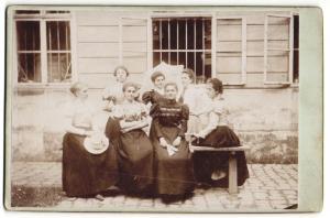 Fotografie unbekannter Fotograf und Ort, Portrait sieben junge Frauen in zeitgenöss. Kleidung