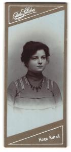 Fotografie Atelier Silaba, Hora Kutna, junge Dame in besticktem Oberteil mit Kette