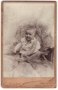 Fotografie E. Rudolph, Hof & Bad Steben, Portrait Säugling in Leibchen