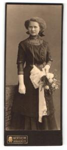 Fotografie Wertheim, Berlin, Portrait junge Dame im eleganten Kleid mit Handschuhen u. Blumen