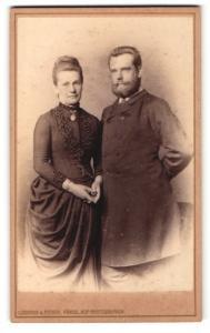 Fotografie Loescher & Petsch, Berlin, Portrait bürgerliches Paar in eleganter Kleidung