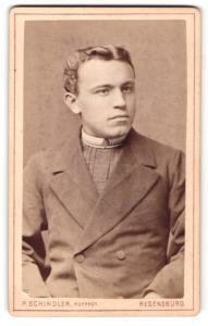 Fotografie P. Schindler, Regensburg, Portrait junger Herr mit zurückgekämmtem Haar