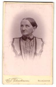 Fotografie Carl Christensen, Neumünster, Portrait betagte Dame mit freundlichem Blick in bestickter Bluse