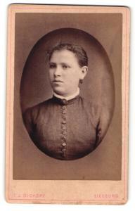 Fotografie T. J. Dickopf, Siegburg, Portrait hübsches Fräulein mit Ohrringen und Brosche
