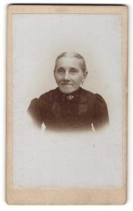 Fotografie Fotograf & Ort unbekannt, Portrait betagte Dame mit freundlichem Blick