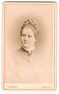 Fotografie C. Höpfner, Halle a/S, Portrait Dame mit geflochtenem Haar