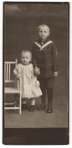Fotografie Samson & Co., Bremen, Portrait Kleinkind und älterer Bruder