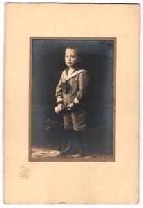 Fotografie Karl Borst, Giessen, Portrait kleiner Bub in zeitgenöss. Kleidung