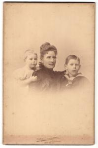 Fotografie L. O. Grienwaldt, Bremen, Portrait Mutter mit zwei Kindern