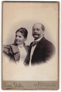 Fotografie Franz Gleitz, Neuhaldensleben, Portrait gutbürgerliches älteres Paar in Abendgarderobe