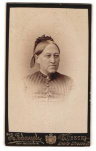 Fotografie H. Schwegerle, Lübeck, Portrait betagte Dame mit freundlichem Blick und Haarschmuck