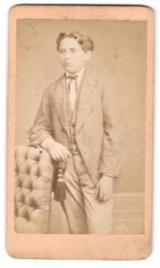 Fotografie S. Mauer, Coburg, Portrait hübscher Bube im grauen Anzug