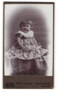 Fotografie Atelier Spiegel, Braunschweig, Portrait lachendes kleines Mädchen im karierten Kleid