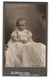Fotografie R. Steinbacher, Salzwedel, Portrait niedliches Kleinkind im weissen Rüschentaufkleid