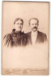 Fotografie Max Fischer, Berlin, Portrait bürgerliches Paar, Herr mit imposantem Schnauzbart