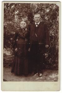 Fotografie unbekannter Fotograf und Ort, Portrait betagtes bürgerliches Paar in Garten