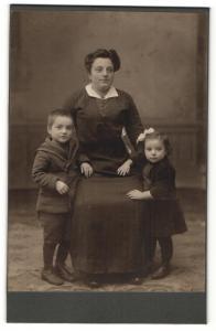 Fotografie Unger & Sohn, Berlin-Tegel, Portrait Mutter mit zwei Kindern
