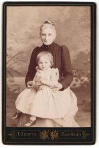 Fotografie J. Scotto, San-Remo, Portrait Grossmutter und Enkelkind