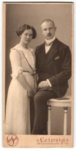 Fotografie Atelier Strauss, Leipzig, Portrait junges bürgerliches Paar in Abendgarderobe