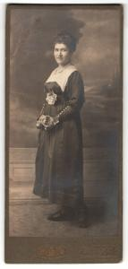 Fotografie William Roth, Berlin-SO, Portrait junge Frau in festlicher Kleidung