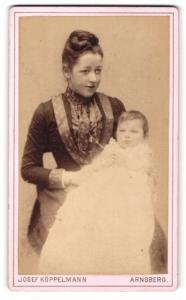Fotografie Josef Köppelmann, Arnsberg, Portrait junge Dame im modischen Kleid mit Kleinkind im Arm