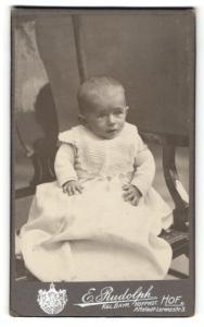 Fotografie E. Rudolph, Hof i. B., Säugling im Kleid mit Spitzenlätzchen