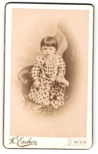 Fotografie K. Escher, Wien, Portrait kleines bezauberndes Mädchen im karierten Kleidchen