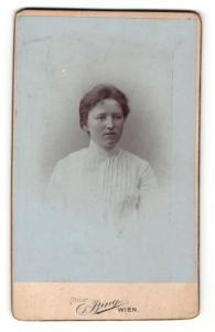 Fotografie Sigmund Bing, Wien, Portrait schöne junge Frau in weisser gerüschter Bluse