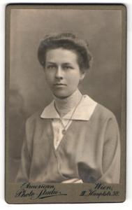 Fotografie American Photo Studio, Wien, Portrait charmantes fräulein mit Halskette in eleganter Bluse