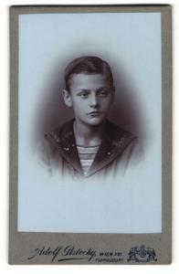 Fotografie Adolf Pistecky, Wien-Floridsdorf, Portrait niedlicher Bube mit Scheitel