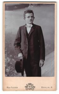 Fotografie Max Fischer, Berlin-N, Portrait hübscher Knabe im Anzug mit Hut