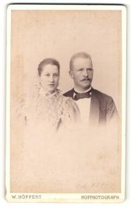 Fotografie W. Höffert, Berlin, Portrait bürgerliches Paar in eleganter Kleidung