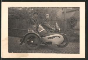 Fotografie Motorrad Simson AWO, Männer & betagte Dame fahren Krad mit Stoye-Seitenwagen