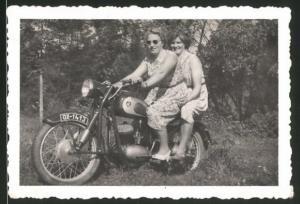 Fotografie Motorrad, Hausfrauen sitzen auf Krad, Kennzeichen: OX-1413