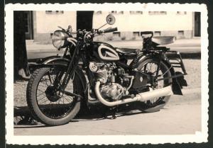 Fotografie Motorrad DKW, Krad ohne Kennzeichen am Strassenrand