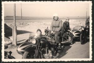 Fotografie Motorrad, Männer & Damen während Ausfahrt auf Krad mit Seitenwagen