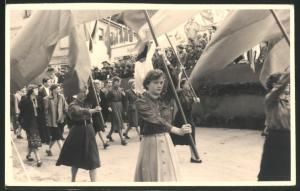 Fotografie 1.Mai 1954, jugendliche Demonstranten - Fahnenträger im Marsch