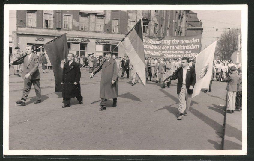 Fotografie Foto-Missbach, Dresden, Ansicht Dresden, 1. Mai Demonstration 1958, FDJ-Fahnenträger 0