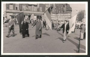 Fotografie Foto-Missbach, Dresden, Ansicht Dresden, 1. Mai Demonstration 1958, FDJ-Fahnenträger