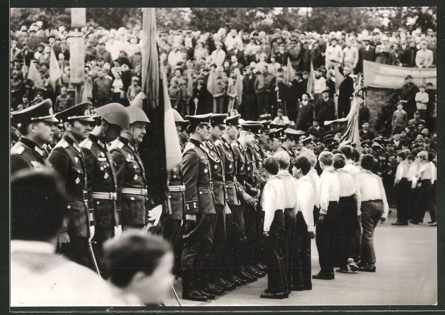 Fotografie NVA-Vereidigung, DDR-Soldaten leisten den Fahnenschwur 0