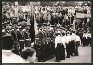 Fotografie NVA-Vereidigung, DDR-Soldaten leisten den Fahnenschwur