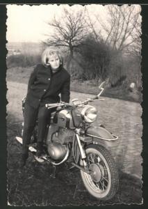 Fotografie Motorrad MZ, blonde Hausfrau auf Krad sitzend
