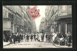 AK Paris, Rue Sauffroy, Avenue de Clichy, Blick auf Häuserfassaden mit Bevölkerung in Strasse