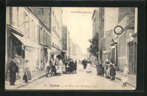 AK Paris, La Rue des Prairies, Häuserfassaden mit Bevölkerung in Strasse