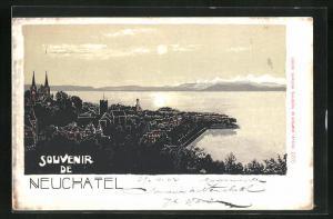 AK Neuchatel, Ortsansicht mit Blick auf See und Gebirge, Häuser und Kirchen als Silhouetten mit roten Fenstern