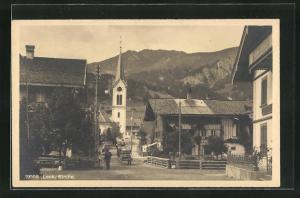 AK Lenk, Ortsansicht mit Häuser und Kirche, Blick auf Berg