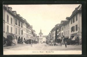AK Morat, Grande rue, Häuserfassaden mit Blick auf Turm mit Tor